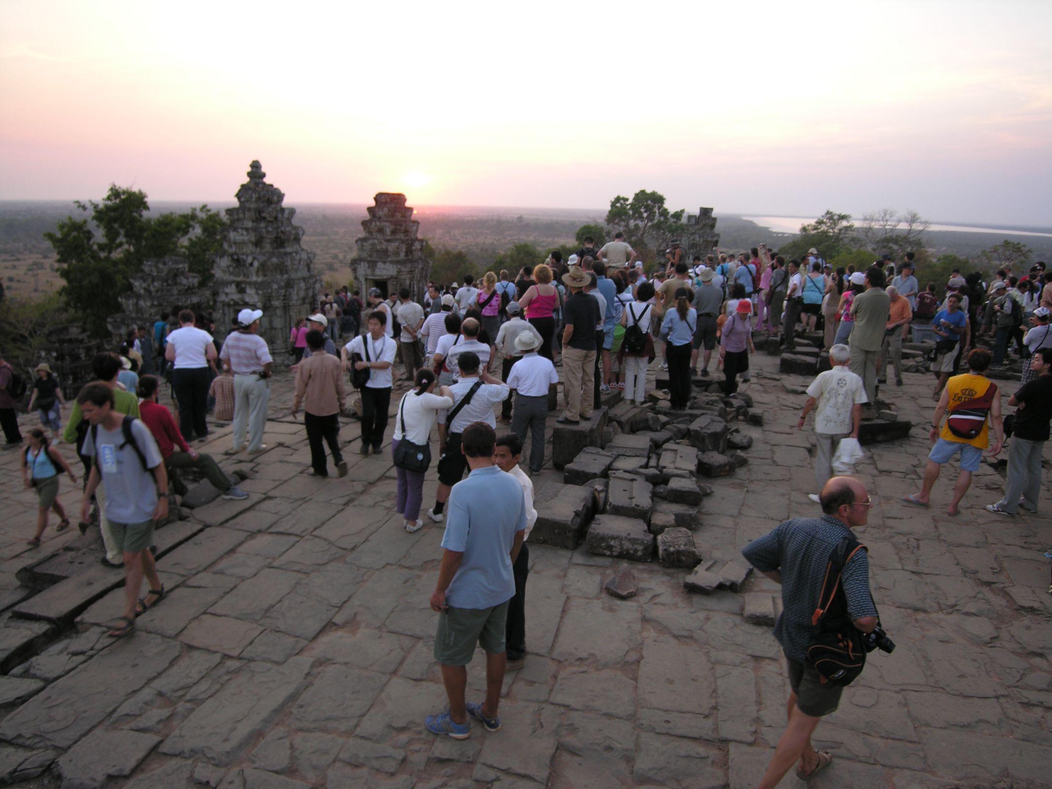Phnom Bakheng, tourists at sundown 2005