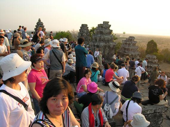 Phnom Bakheng, tourists at sundown 2005 2