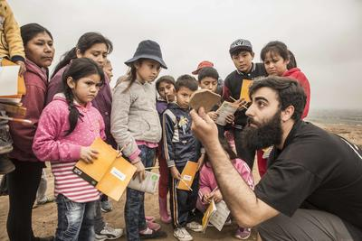 A Cerro de oro archaeologist showing a fragment of pottery to children at Watch Day 2018.