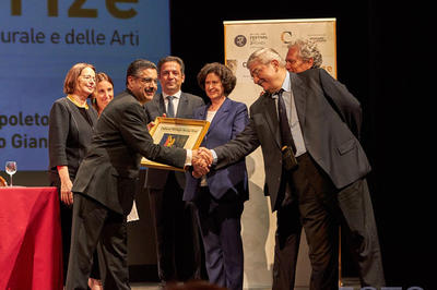 Doctor Sarmast receiving the Cultural Heritage Rescue Prize at the Spoleto Festival in Italy, July 2, 2016