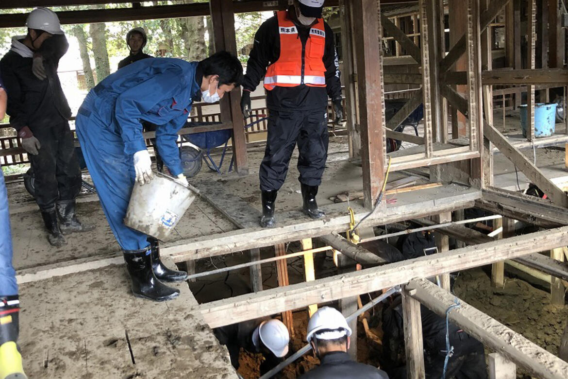 Students manually clearing mud in the Hitoyoshi Ryokan, Sept. 2020.
