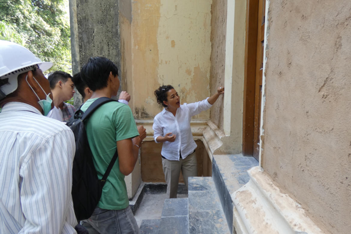 Discussing the right consistency of plaster.