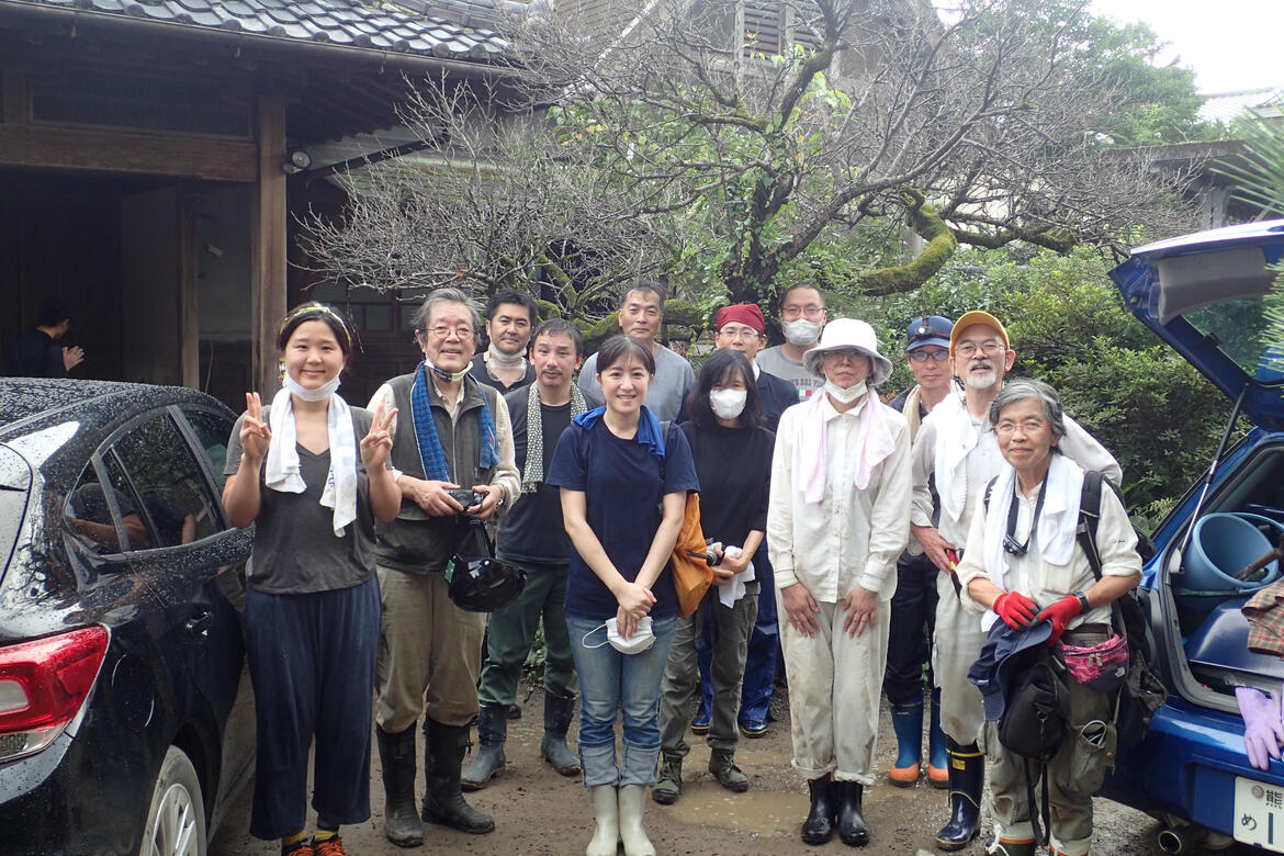 Group photo of the volunteer task force to save the Hitoyoshi Ryokan with Mr. Ito on the right with a yellow cap, July 2020.