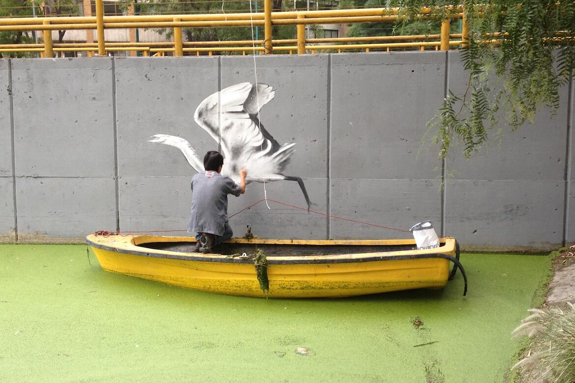Painting of a swan on the side of the Canal in 2018, courtesy of Fundacion López de La Rosa.