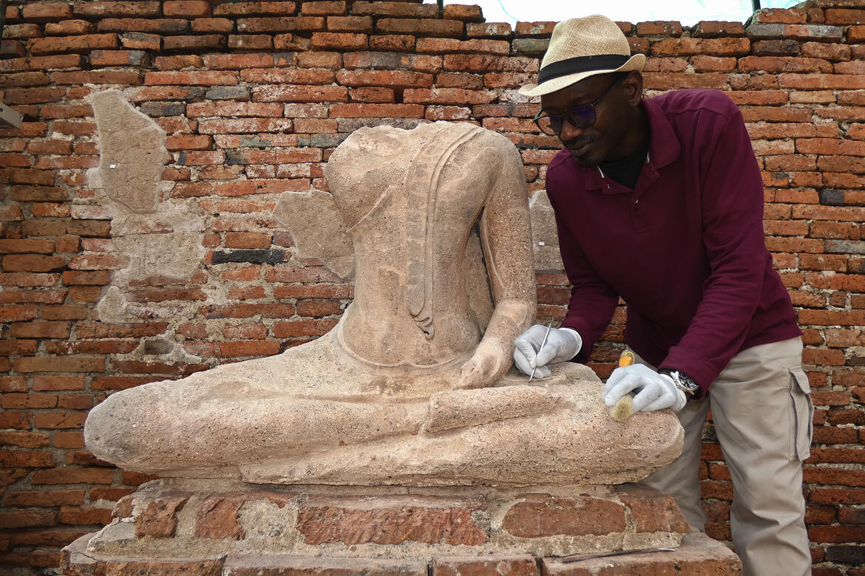 Ousmane Kounta working on a Buddha statue 2