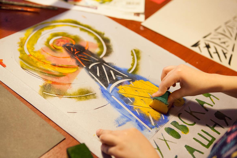 Children creating art inspired by Shukhov Tower.