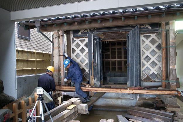 Onoken store storehouse wall under restoration