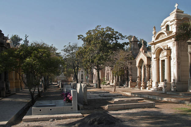 View along Arriarán Avenue inside the cemetery, where new graves are being inserted due to space constraints, 2006
