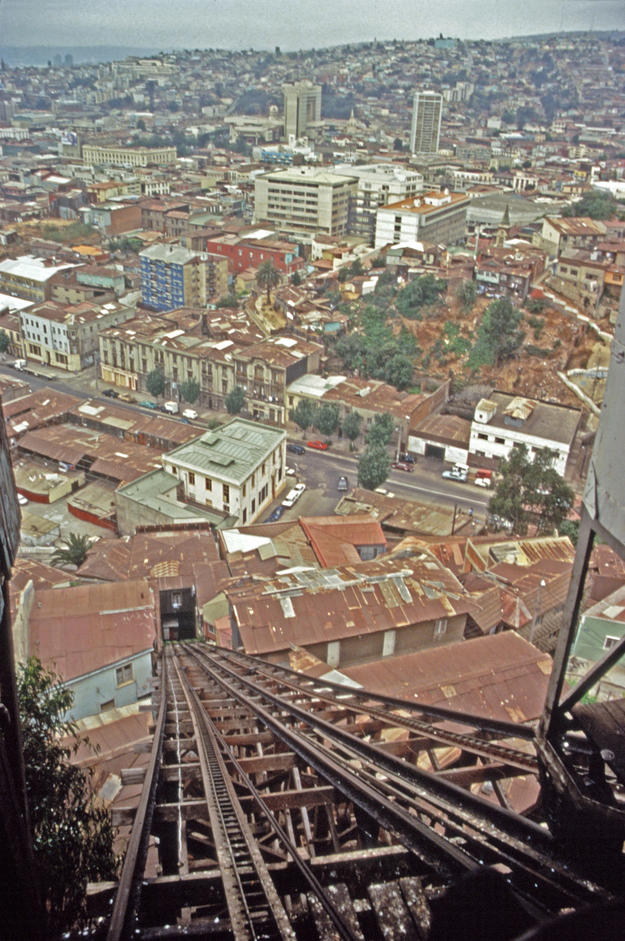 The Monjas elevator, which links Baquedano Avenue to Monjas Hill, 1996