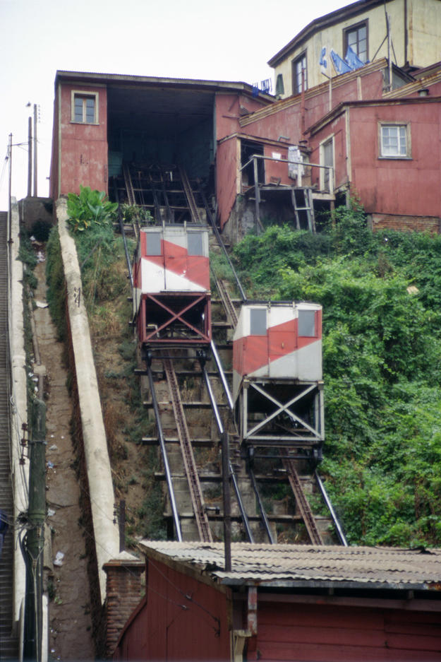 The Cordillera elevator, which links Serrano Street to Cordillera Hill, 1996