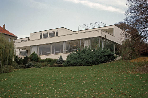 Façade displaying Mies van der Rohe's functionalist design aesthetic, 2001