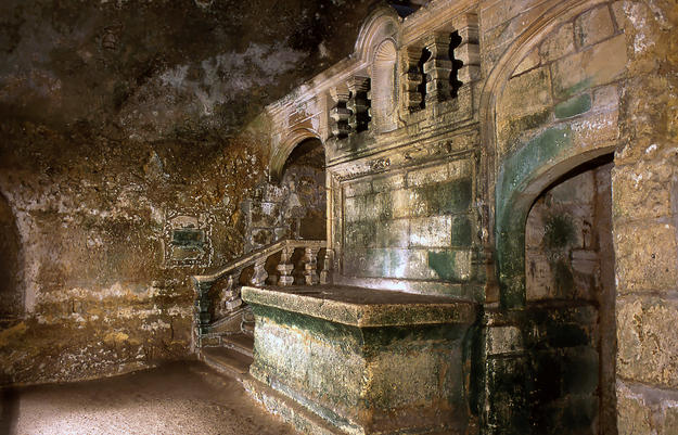 A subterranean portion of the church has three naves and a catacomb , 2000