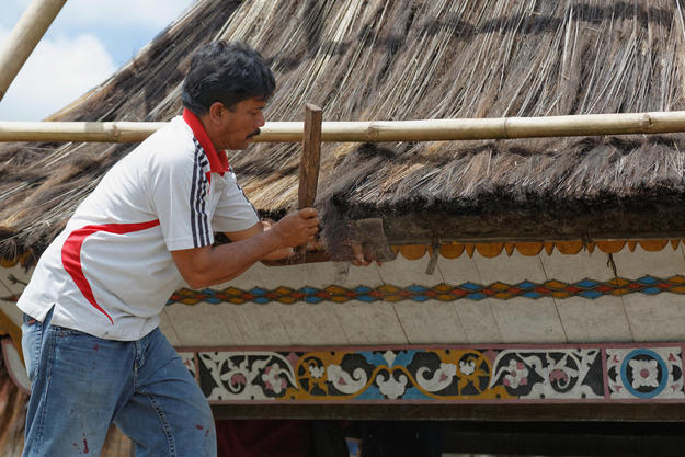 The leader of Lingga craftsmen works on the site, 2012
