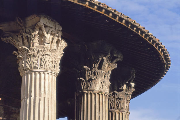 Detail of the Corinthian columns after conservation, 2000