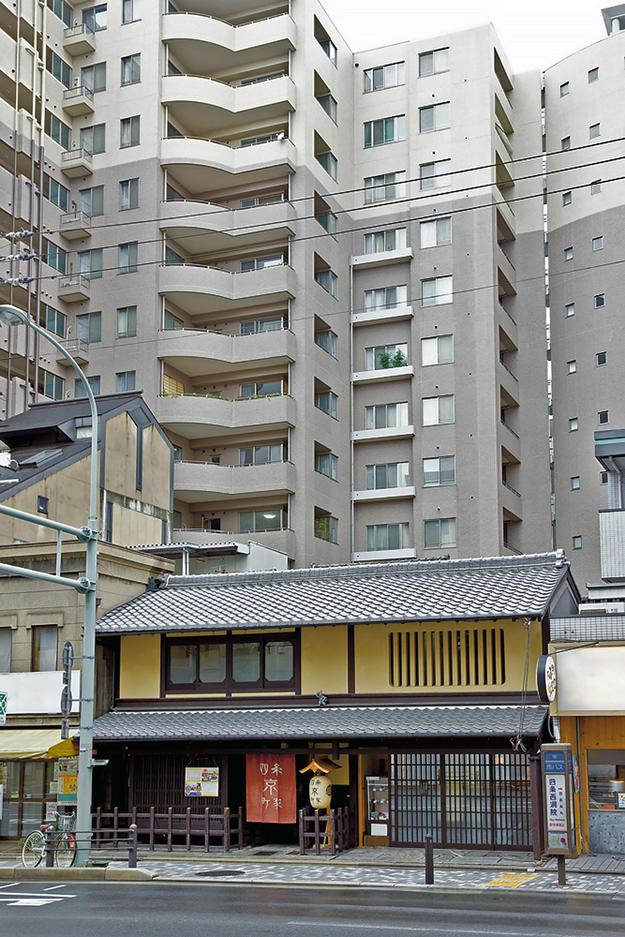 A Machiya between high-rise apartments, 2008