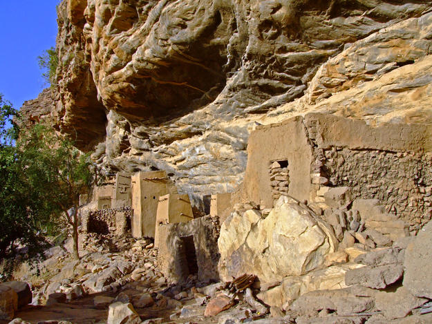 Earthen dwellings along the escarpment, 2008