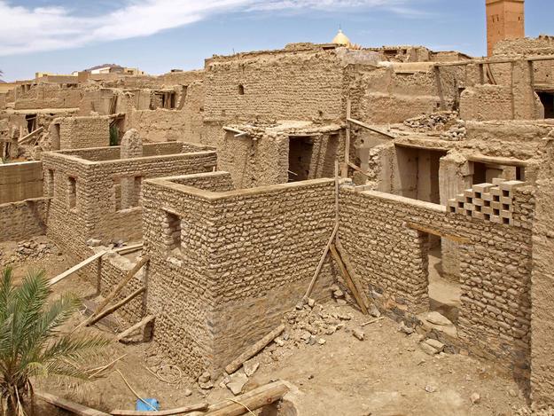 Construction of new earthen bricks walls in the Ksar Lamaiz, 2013