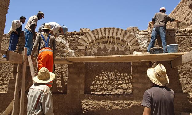 A group of trainees at work during a workshop on the restoration of earthen architecture, 2012