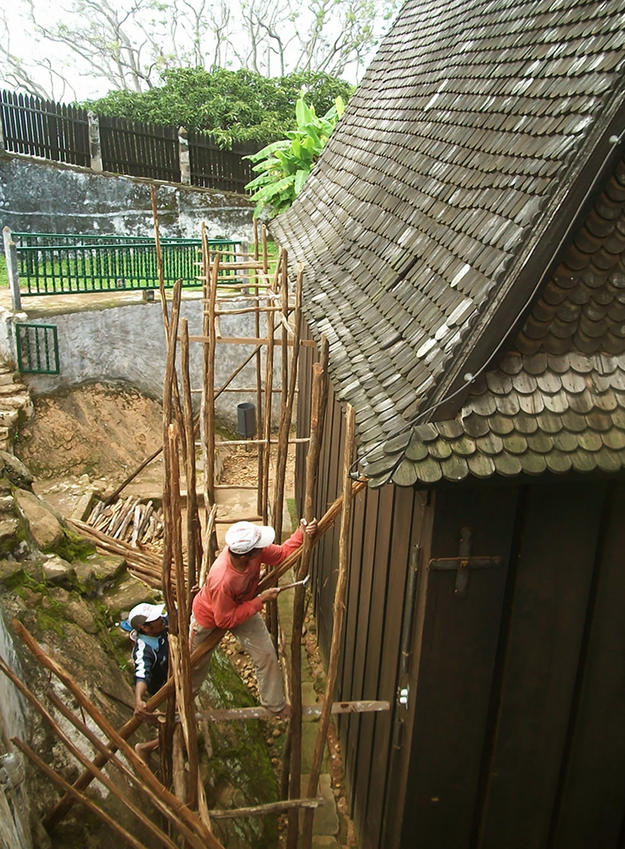 Installation of scaffolding on the Mahandrihono palace, 2013