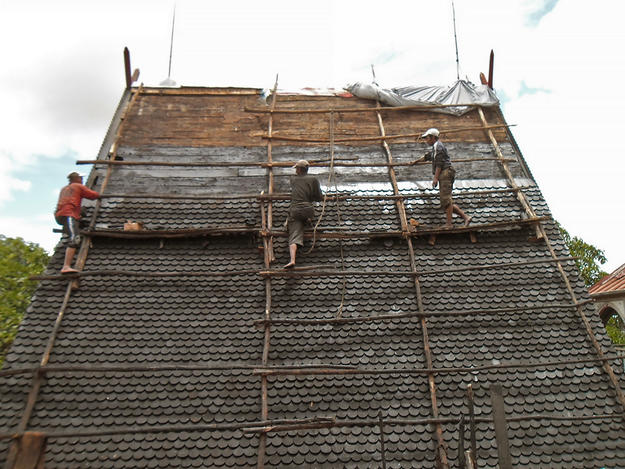 Replacing slats and tiles on the Mahandrihono palace roof, 2013