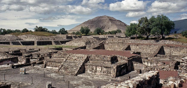 View of the largest pyramidal structures built in the pre-Columbian Americas, 1998