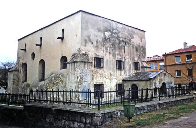 Northeastern façade before conservation, 2000
