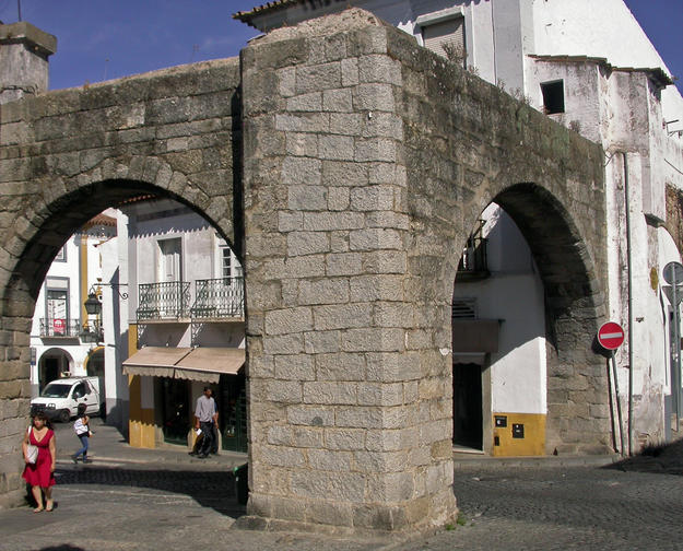 A section of the ¡gua da Prata Aqueduct inside the old city, in the Largo Luiz de Camıes, 2014