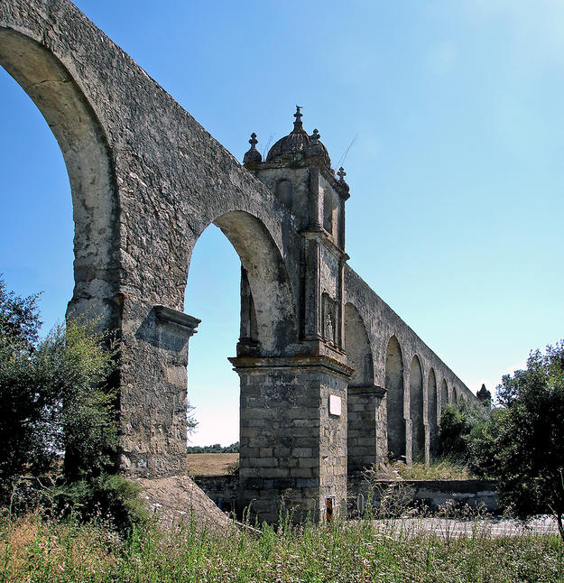 The aqueduct as it crosses the road leading from Évora to Arraiolos, marked by a small tower, 2009