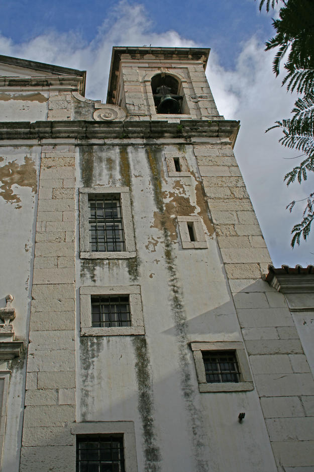 Water damage can be clearly seen on the front façade of the Church of  São Cristóvão, 2014