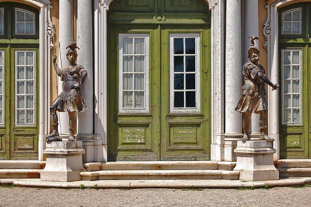 Doorway statues, 2009