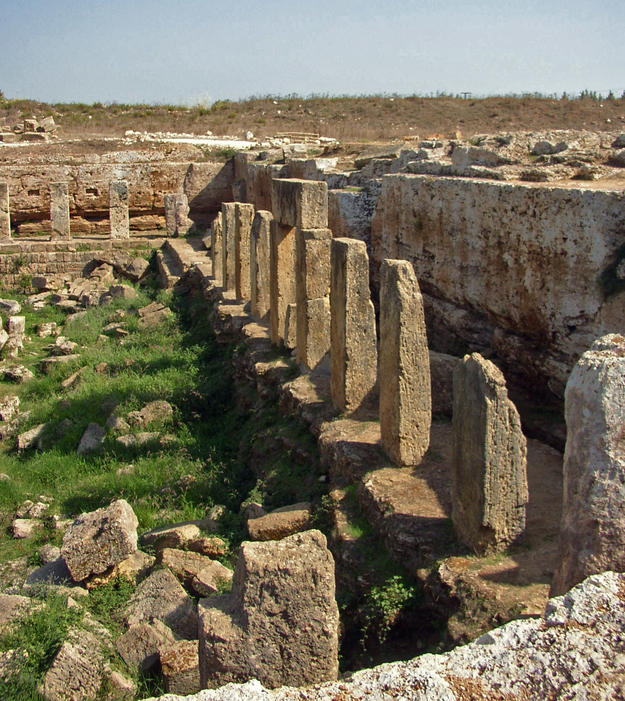 The basin and surrounding columns, 2004