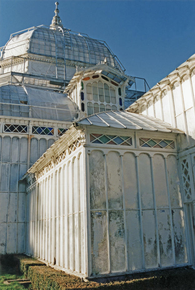 The damaged façade, 1995