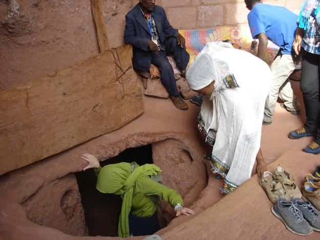 Students participating in the Lalibela field school, 2016, shown here descending into a tunnel near Beta Merkurios. Photo: L. Gottert