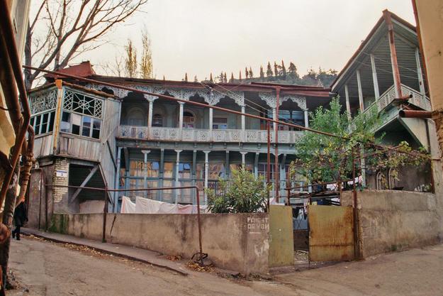 Open woodwork balconies in Betlemi Street, 2000