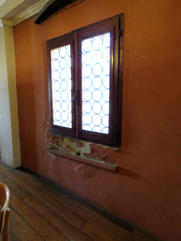 Windows located in the women's gallery of Schola Spagnola show severe oxidation on the frames, 2016