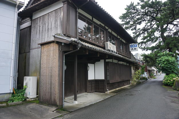 The Ohata Inn, on the Iwamatsu riverside, was formerly the house of the Konishi family, 2019.