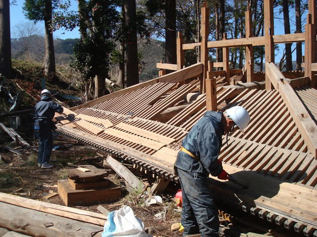 Reconstruction of the roof structure of Tenyuji Temple's Kannon-do Hall using traditional methods, 2015