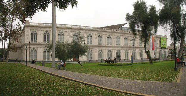 Facade facing the Paseo de la República Avenue, 2009.