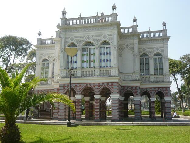 The Morisco Pavilion in the Parque de la Exposición. Photo credit: Ironshot, CC BY-SA 4.0.