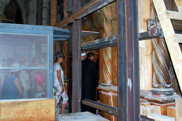 Throughout the project, pilgrims have continued to enter the Edicule and to pray at the Tomb of Christ, 2016