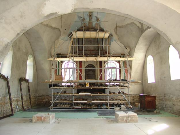 The dismantled pieces were catalogued and stored in the scaffolding set up for the aron kodesh, 2015