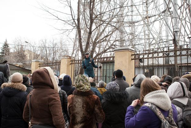 Local advocate Airat Bagautdinov leads a Watch Day tour group. Photo: Natalia Melikova for World Monuments Fund, 2016