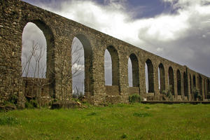 A row of arches in a section of the ¡gua da Prata Aqueduct near the city walls of …vora, 2014