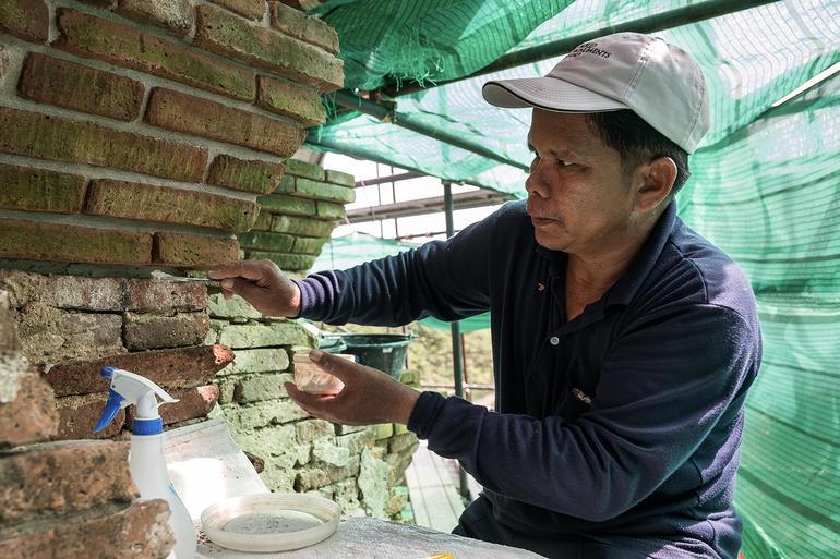 Aekenan (Khun Kee) Sukinsee working on the brick joint at Wat Chaiwatthanaram.