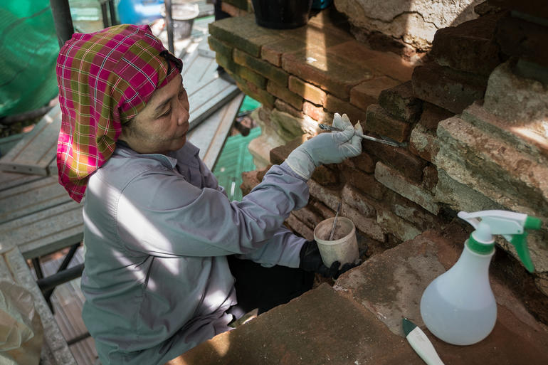 Banjong (Khun Peng) Sawang-arom works on the joints at Wat Chaiwatthanaram.