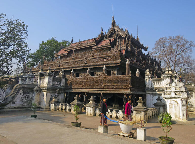 View of Shwe-nandaw Kyaung exterior.