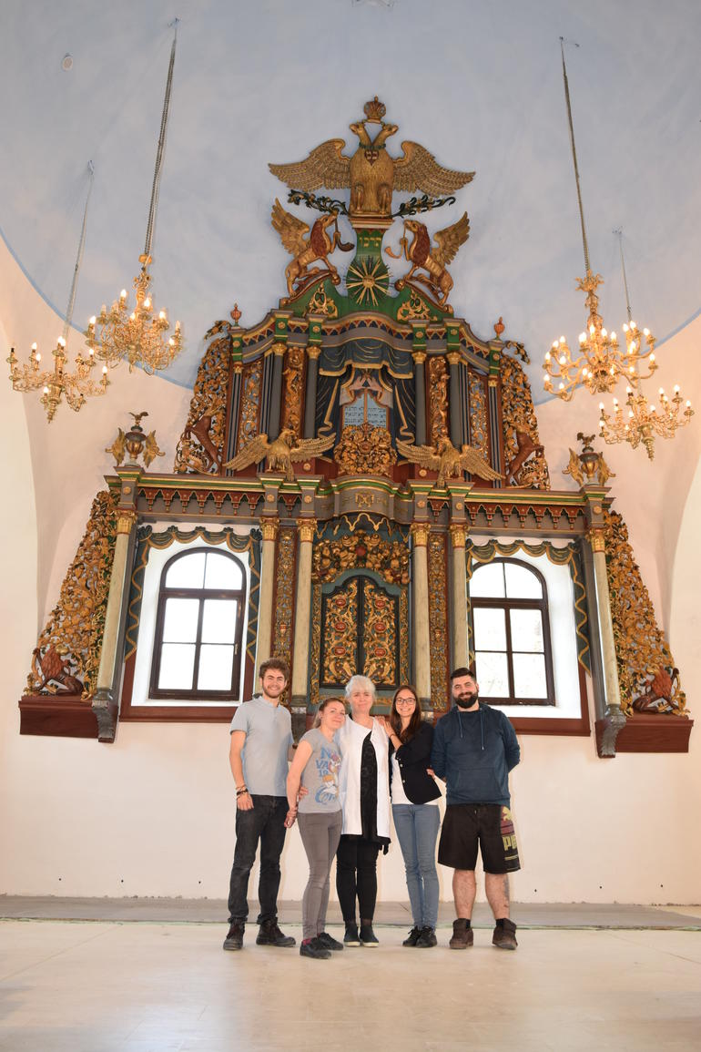 The restoration team stands before the conserved aron kodesh of the Great Synagogue of Iaşi.